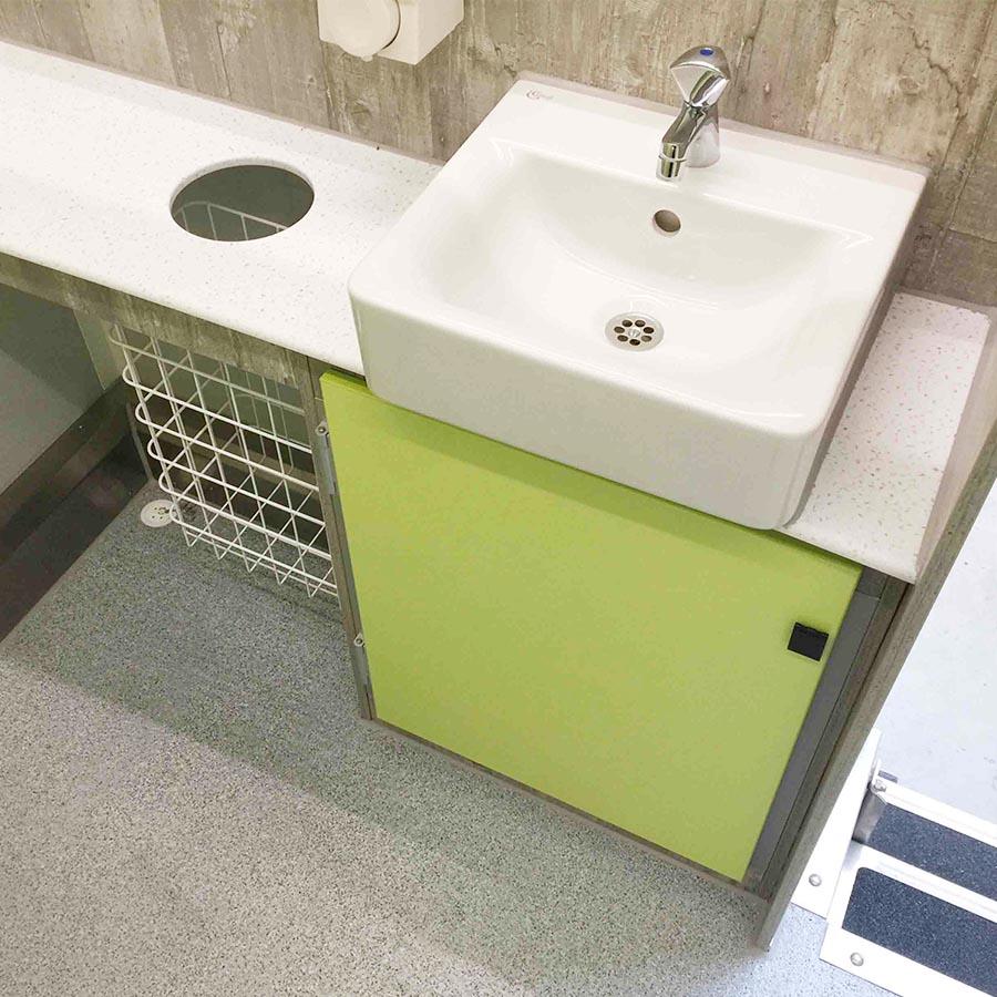 gamo-toilettenwagen-ftt-460-innenansicht-waschtisch