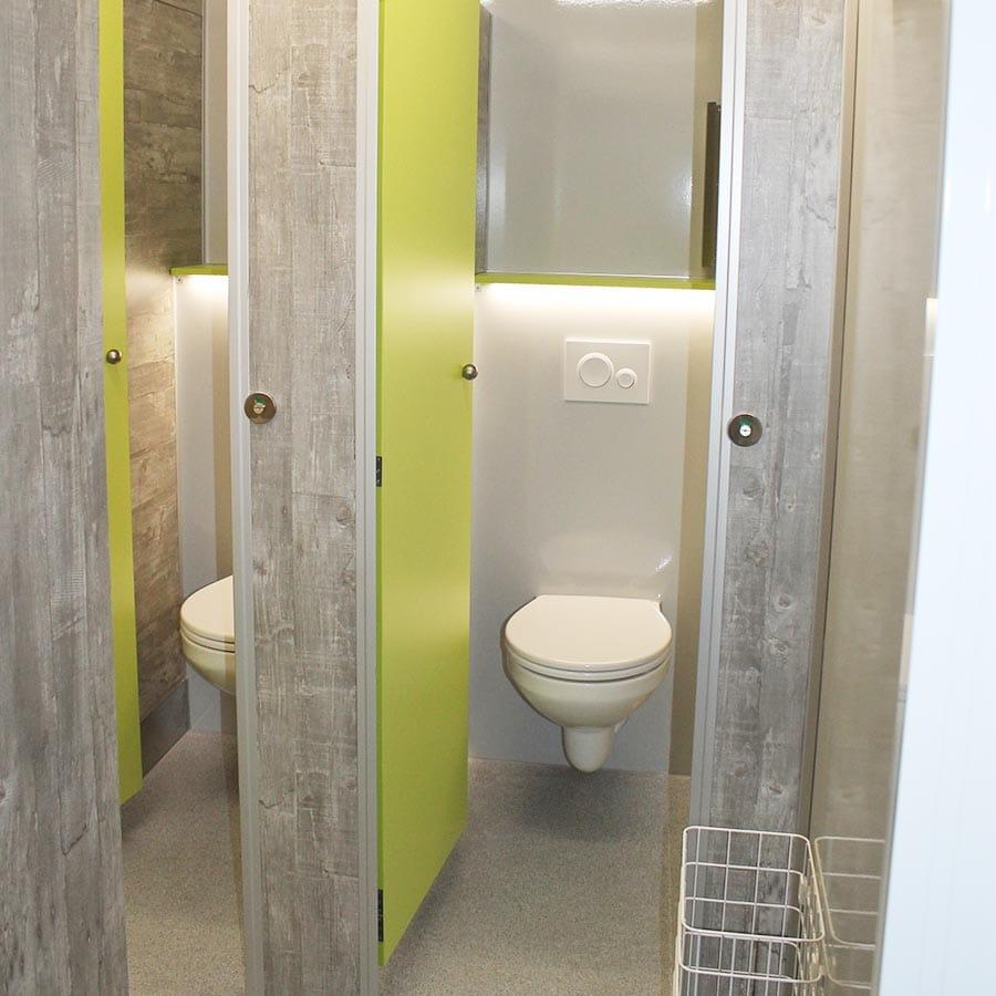 gamo-toilettenwagen-toilettenanhaenger-vip-gruen-drei-toiletten