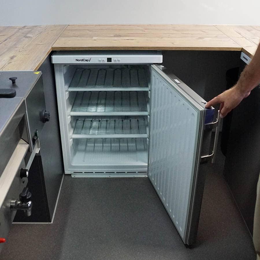 gamo-food-truck-innenansicht-kuehlschrank